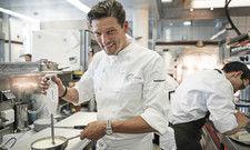"""3-Sterne-Koch Christian Jürgens: """"Herausforderungen sind dazu da, um sie zu meistern."""" Das Foto rechts zeigt sein Gericht Tomatenschneeball."""