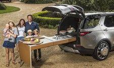 Spezialanfertigung: Jamie Oliver und seine Familie mit ihrem neuen Land Rover