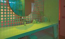 """Neues Farberlebnis im Bad: Bei der NH Hotel Group nennt sich das """"Emotional Shower""""."""