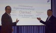 Tagung mit Tag-Cloud: HDV-Chef Jürgen Gangl (rechts) präsentiert das Tool der Firma Envivo mit deren Vertreter Timm Schröder