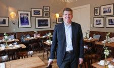 Zufrieden im eigenen Hotel: Christoph Lueg im Frühstücksraum des Hotel Wagner