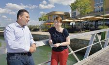 Besprechung: Nando Sonnenschmidt mit Hoteldirektorin Sandy Locher vom Lagovida Ferienresort am Störmthaler See bei Leipzig.