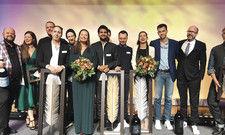Auf der Bühne beim Leaders Club Award: Gewinner und Finalisten gemeinsam mit Moderator Uwe Christiansen (links) und Leaders-Club-Vorstandschef Patrick Rüther (rechts).