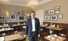 Zufrieden im eigenen Hotel: Christoph Lueg im Frühstücksraum des Hotel Wagner.