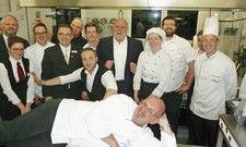 Küchenparty-Stimmung: Markus Schwed (vorn) mit ehemaligen Schützlingen, Mitarbeitern und Hotelchef Klaus Euler (Fünfter von rechts).