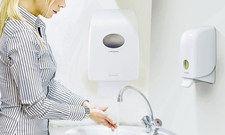 Hygiene mit System: Falthandtuch- und Seifenspender mit Kontrollfenster von Kimberley-Clark Professional.