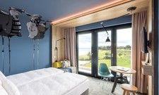 Blick zum Strand und ins Grüne: Eines der Musterzimmer des ersten Arborea Hotels