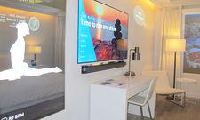 Yoga-Übungen an der Multimedia-Wand: Marriotts Vision vom interaktiven Hotelzimmer