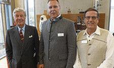 Setzen auf Lokalkolorit: (von links) Albert Darboven, Betriebsleiter Erich Würfl und Geschäftsführer Michael Kramer im Burkhof-Werk in Sauerlach.