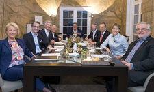 Im Gespräch: (von links) Claudia Johannsen, Philip Borckenstein von Quirini, Jean-Georges Ploner, Horst Rahe, Rolf Westermann, Michael Struck, Andreas Schmitt, Christina Block und Peter Joehnk
