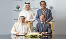 Vertragsschluss: Mansoor Al Thani, Seine Exzellenz Helal Saeed Almarri, beide Dubai World Trade Centre Authority (DWTCA) mit Olivier Granier von Accorhotels und 25hours-Gründer Christoph Hoffmann (v.l.)