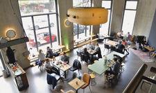 Café Franz Morish: Auf 200 Quadratmetern Fläche finden die Gäste eine Menge Platz. Beim Interieur hat der Chef mit angepackt.