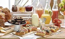 Fruchtiger Morgen: Obst ist bei Gästen beliebt, ob als Saft oder im Kuchen – hier von Erlenbacher.