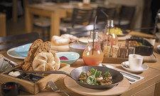 Mehrere Gänge zum Teilen: Im Wiener Tian genießen Gäste das Frühstück gemeinsam, ganz familiär.