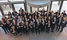 Begeistert bei der Sache: General Manager Thomas Fischer (vordere Reihe Mitte) und sein Team vom Steigenberger Hotel München.