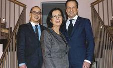 Haben Grund zur Freude: (von links) Geschäftsführer Peter Leidig, Eigentümerin Renate Wimmer und Arcotel-CEO Martin Lachout. Eine Geburstagstorte durfte nicht fehlen.