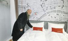 Musterzimmer mit Stadtplan: General Manager Anton Wüstefeld im Raum im Matteo-Thun-Look.
