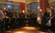 Gruppenbild mit Steinway: Die Teilnehmer der Guided Tours waren vom Orania begeistert