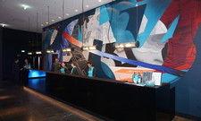 Berlin Urban Art: Angehende Modedesigner der Berliner Hochschule für Technik und Wirtschaft gestalteten unter anderem die Wand hinter der Rezeption