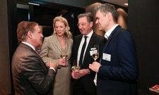 Herzlich Willkommen: Dfv Matthaes-Geschäftsführer Joachim Eckert (rechts) begrüßt jeden Gast persönlich. Ein Galafotograph durfte nicht fehlen.