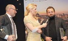 Preisträger in Aktion: Die Hoteliers des Jahres Micky Rosen und Alex Urseanu werden von Judith Rakers auf der Bühne interviewt