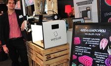 Denis Matic von Wesual präsentiert die Fotobox Wesual Click und die digitale Kreidetafel