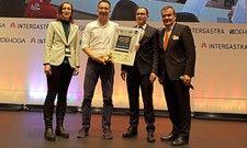 Glücklicher Gewinner: Wolfgang Höhn von Koru Kids (Zweiter von links)