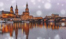 Stadtpanorama Dresden: Die nach historischem Vorbild nach dem Krieg wieder aufgebaute Altstadt ist ein beliebtes Ziel von Touristen. Rechts im Bild die Semperoper.