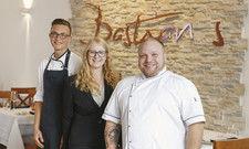 Junges Team: (von links) Felix Schleicher und Luise Schomann mit Inhaber und Namensgeber Chris Bastian Draisbach.