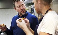 Test in Malmö: Ikeas Food-Chef Michael La Cour verkostet den Hotdog-Prototypen