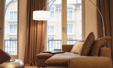 Ziemlich hyggelig; In Sellin auf Rügen verwaltet Arcona einen Teil der luxuriösen Apartments für die Eigentümer (Bild oben). Die Gruppe 12.18. kümmert sich um Wohnungen des Maremüritz-Projekts (Bild unten).