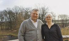 Knut Jessen und Ehefrau Doreen: Er pendelt im neuen Job zwischen Brandenburg und Sachsen, sie bleibt im Burghotel Lenzen.