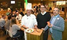 Reste-Essen: Dominik Flettner, Küchenchef, Tim Oberdieck, Hoteldirektor und Torsten von Borstel, United Against Waste e.V. (von links nach rechts) klären Gäste im Atlantic Hotel Sail City auf