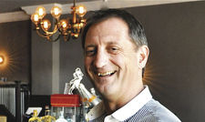 Hat gut lachen: Erik Währum geht mit der eigenen Bar einer Leidenschaft nach.