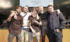 Coole Jungs: Beim letztjährigen Gastro-Start-up-Wettbewerb ging der 1. Preis an Salt and Silver aus Hamburg. Tim Mälzer (rechts) gratulierte.