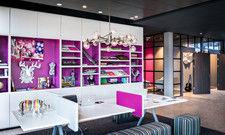 Weiß-Pink als Erkennungsfarbe: So präsentiert sich die Marke Moxy, hier das Hotel Munich Airport
