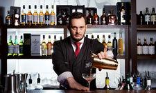 Mixt die Cocktails: Barmanager David Penker in der Bar 26°East des Palais Hansen Kempinski