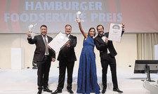 Gewinner mit Urkunden: (von links) Michael Weigel und Stefan Weber von Casualfood sowie Ana Alcobia und Joao Cepeba, Time Out Market Lissabon.