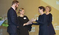 Große Bühne: (von links) Michael Ostermair und Julia Gödeke von der Colourfood GmbH nehmen ihren Preis von Jurymitglied Hanni Rützler und Moderatorin Julia Westlake entgegen.
