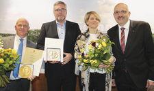 Gewinner des Tourismuspreises: (von links) Ralf Weißmann von den Genießertouren sowie Markus und Claudia Karl vom Strandhaus Lübben mit Olaf Lücke vom DEHOGA Brandenburg.
