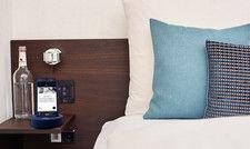 Smarter Begleiter auf dem Nachtisch: Derag Livinghotels stellt jedem Gast temporär ein Handy