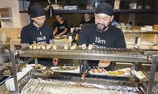 Hygienisch und cool: Die Küchen-Crew des Berliner Sticks'n'Sushi trägt schwarze Kopftücher.