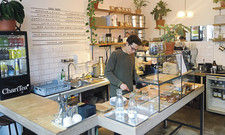 Kreislaufwirtschaft im Fokus: Peter Duran (vorn) hat es sich zum Ziel gesetzt, in seinem Café nichts wegzuwerfen.