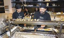 Alle Haare gut verpackt: Im Berliner Restaurant Sticks'n'Sushi gehört das schwarze Kopftuch zur Corporate Identity.