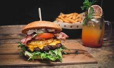 Typische Kombination: Burger und Cocktails