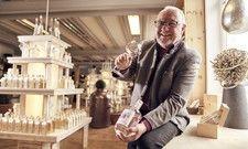 Präsentiert seine neueste Ginsorte: Wolfgang Geiger brennt den Rundai Gin 51 in seiner eigenen Destillerie