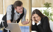 Kontrollverlust: In Stresssituationen werden oft Dinge gesagt, die Kollegen oder Mitarbeiter beleidigen. Der Weg zur Klage ist da nicht weit.