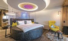 """Für Liebespaare: Highlight der Romantik-Suite """"Nur wir Zwei"""" ist das große runde Bett.."""