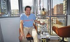 Am Schalthebel: Betreiber Tim Wittenbecher auf einem Sitzplatz im Führerhäuschen
