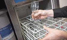 Glänzendes Ergebnis: Für strahlende Gläser sind nicht nur Maschine und Spülchemie verantwortlich, auch die richtige Wasserhärte entscheidet.